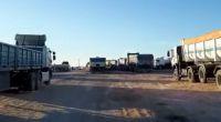 Más de una decena de camiones bloquean el ingreso a una empresa