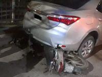 Por un desnivel en la calle terminó abajo de un auto y se lastimó