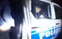 Escrachan a dos policías mientras abusaban de una menor en el patrullero