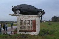 Chocó, voló y el auto quedó arriba de una garita de colectivo