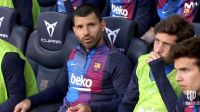 Video: El Kun Agüero disfrutó el clásico en el banco y hasta cantó el himno del club