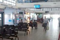 Un hombre pasó la noche detenido por intentar dormir en la terminal