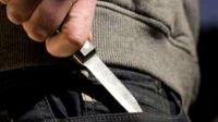 Robo a una mujer a punta de cuchillo mientras su cómplice lo esperaba en un auto