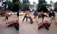 Increíble: un juez atacó a patadas a un motociclista que le rozó la camioneta